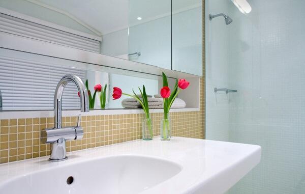 banheiro-pequeno-decorado-pia-flor